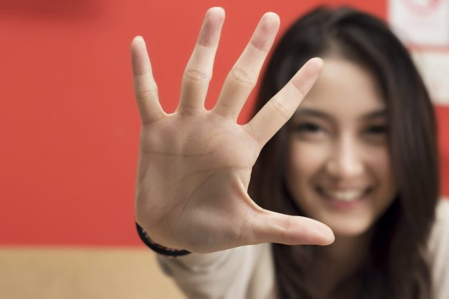 Young female hand show five fingers.